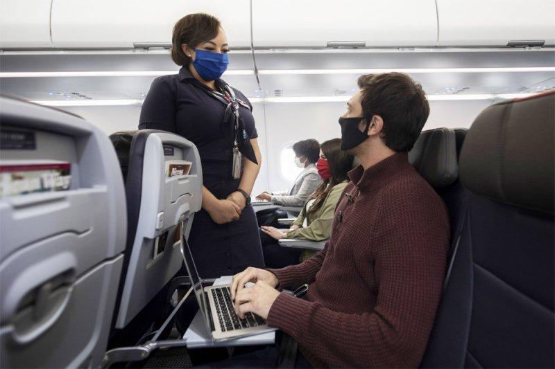 На борт самолета россиян без сертификата о вакцинации больше не пустят
