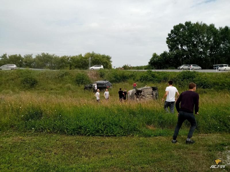 Под Новосибирском произошла авария: автомобиль трижды перевернулся через крышу, пассажирка вылетела из окна