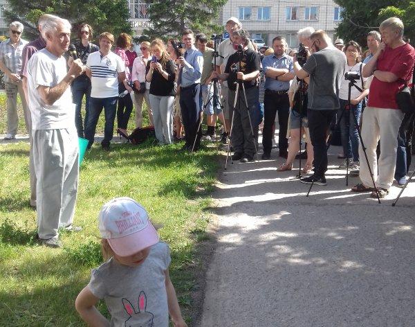 Зеленая зона отчуждения: митинг за сквер прошел на Демакова