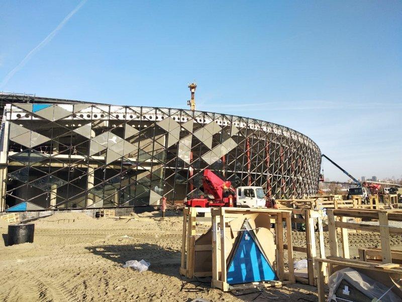 Мачты наружного освещения начали монтировать на площадке новой ледовой арены