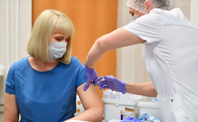 Новая вакцина от коронавируса вызывает температуру и боль в мышцах