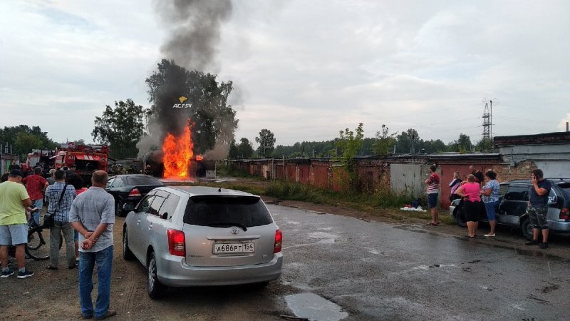 Пенную атаку применили пожарные при тушении залитого бензином гаража в Пашино