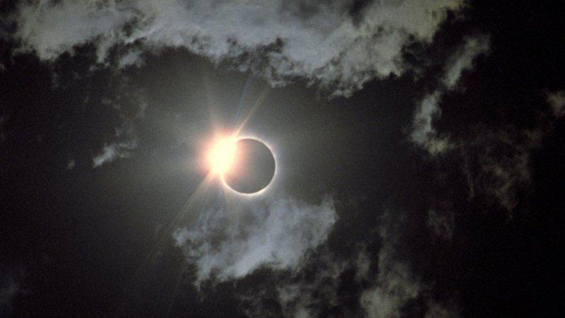 Солнечное затмение 21 июня: где увидят редкое явление «огненного кольца»