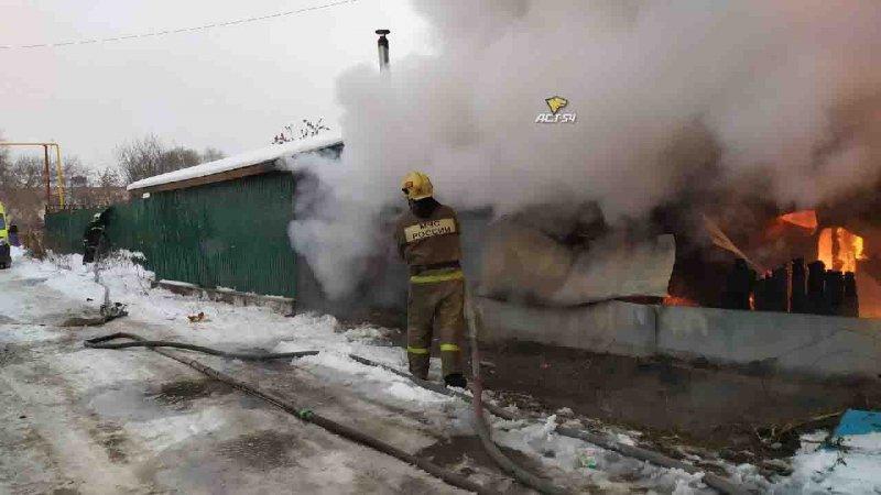 «Есть угроза взрыва»: в Октябрьском районе горит частный дом