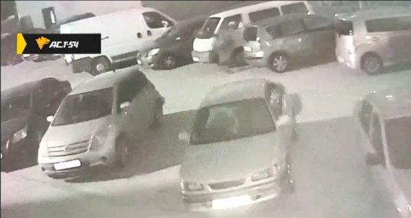Во дворе новосибирской многоэтажки неизвестный обстрелял микроавтобус