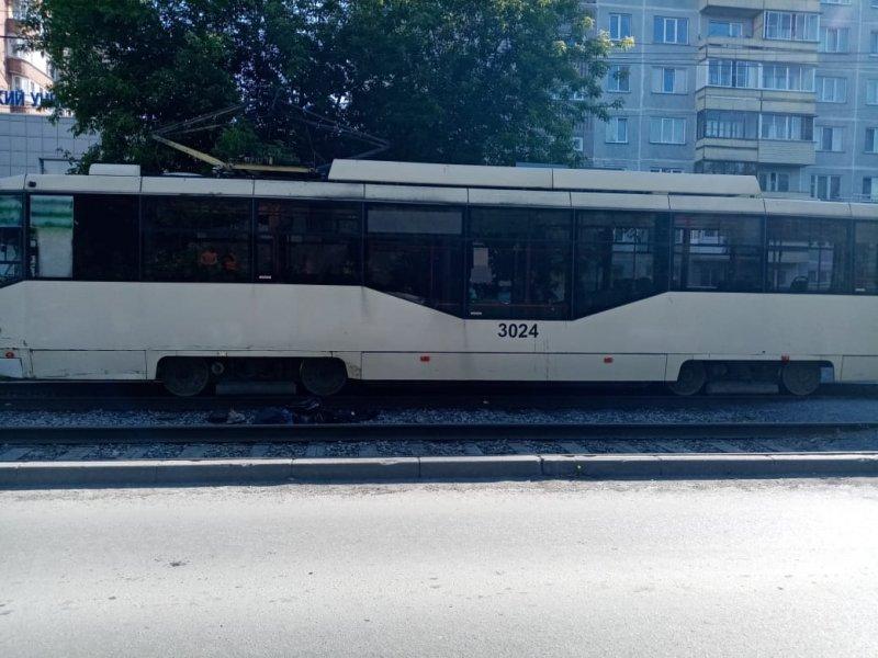 Горящий трамвай потушили пожарные на улице Вертковская
