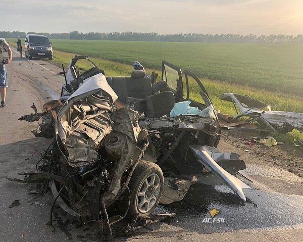 «Снесло крышу»: «Тойоту» изуродовало в смертельном ДТП на трассе