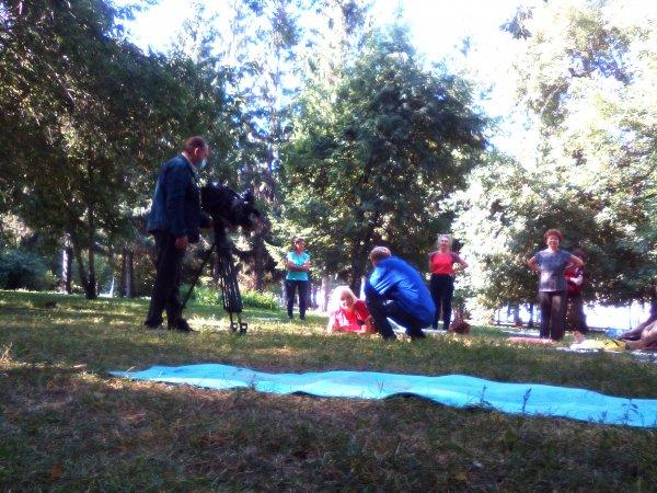 Покончить с самоизоляцией решили пожилые гимнастки в Первомайском сквере