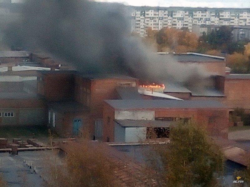 Вспыхнула крыша: к кирзаводу съехались 12 пожарных машин