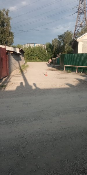 Неизвестный автолюбитель чуть не задавил двух детей на улице Клубная