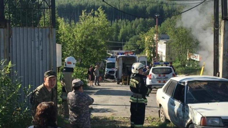 В Свердловской области автобус протаранил ворота завода и въехал в остановку; шесть человек погибли