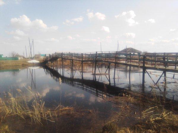 «Вот-вот рухнет!»: Жители Верх-Каргата ходят в магазин по аварийному мосту