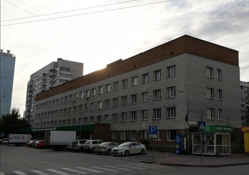 Посетителей поликлиники в Новосибирске вывели на улицу из-за дыма
