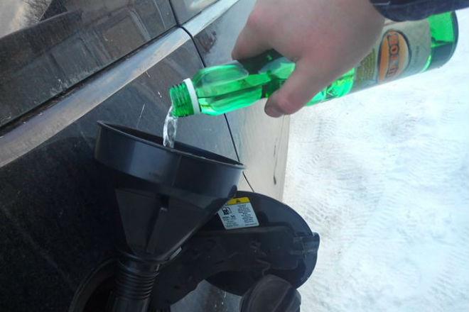 Зачем бывалые водители льют ацетон в бензобак
