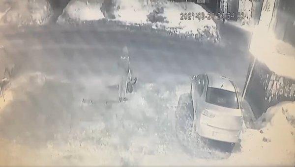 Подросток вырвал сумку со слуховым аппаратом у сидящей на земле женщины