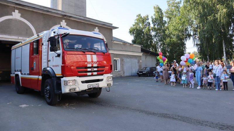 Торт со сладким огнетушителем подарили жители Октябрьского района пожарным, тушившим АГЗС на Гусинобродском шоссе