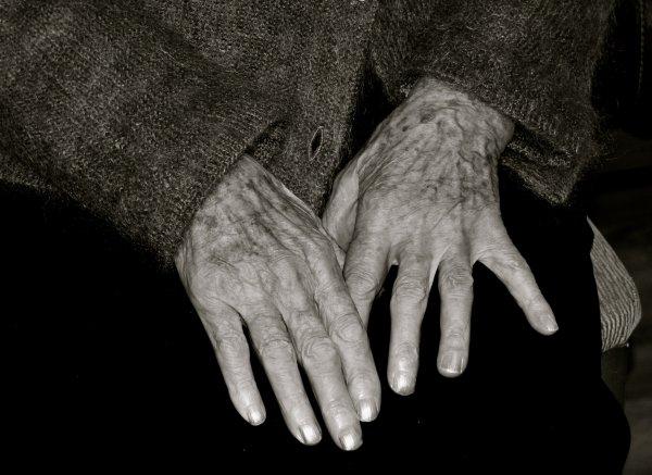 Пенсионерку с подельником поймали у закладки в Краснообске