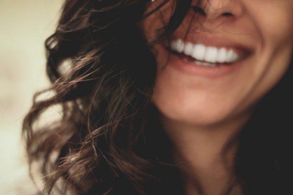 Женщина нашла себя в рекламе зубной клиники и подала в суд