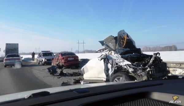 Легковой автомобиль разорвало пополам: подробности смертельного ДТП