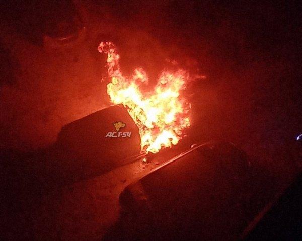 В Новосибирске прохожие вытащили человека из горящей машины
