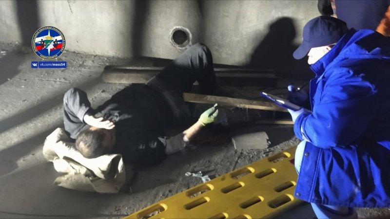 Переломавшему ноги после падения с трехметровой высоты помогли спасатели