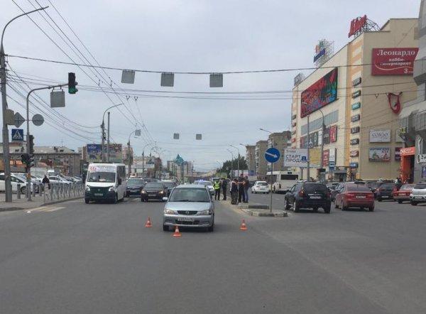 Лихач в центре Новосибирска сбил женщину на пешеходном переходе (ВИДЕО)