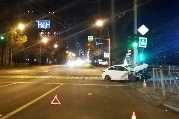 На улице Жуковского водитель собрал перила, знак и светофор