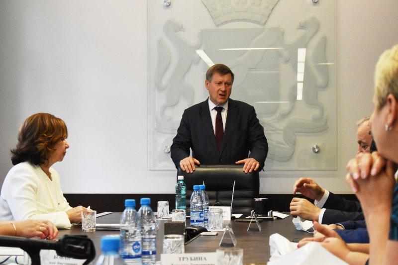В суде началось рассмотрение дела о гигантских премиях мэра Анатолия Локтя