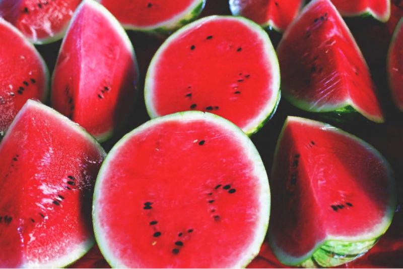 Непоправимый удар по здоровью: кому и с чем ни в коем случае нельзя есть арбуз