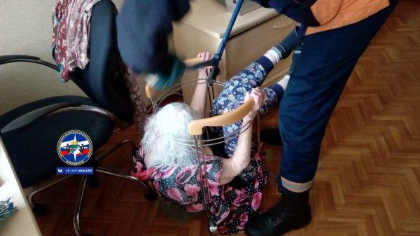 Спасатели помогли застрявшей в журнальном столике бабушке