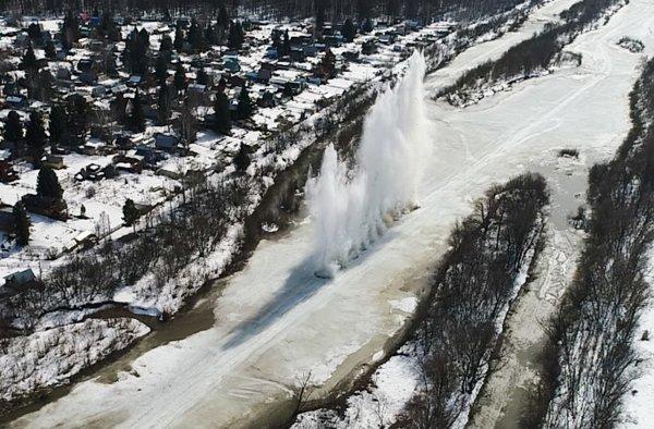 Завораживающие взрывы льда на реке Иня показали сотрудники МЧС