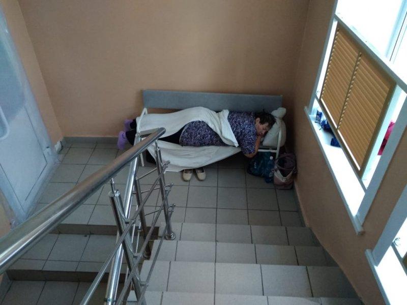 Куйбышевская ЦРБ: «Лучше пусть он лежит на лестнице, чем дома будет умирать»