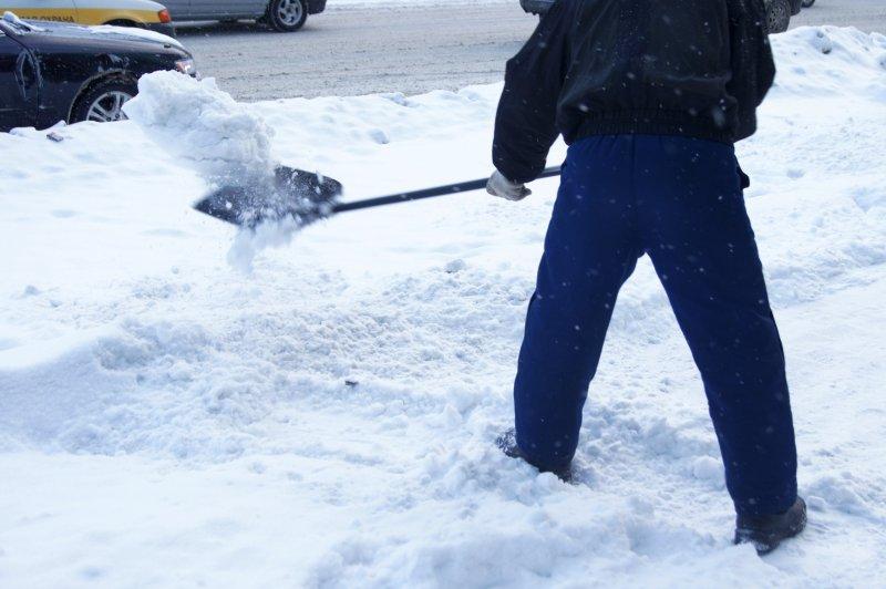 Снежная зима и пандемия коронавируса спровоцировали дефицит дворников в Новосибирске