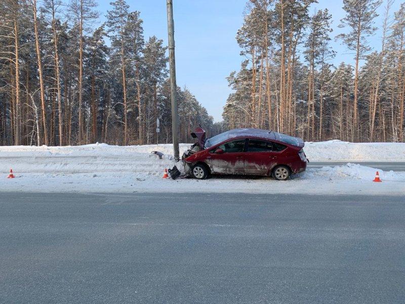 Водитель врезался в столб и повис на разделителе на Бердском шоссе