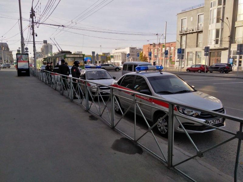 На Красный проспект съехались автомобили полиции и Росгвардии – рассказываем, что происходит