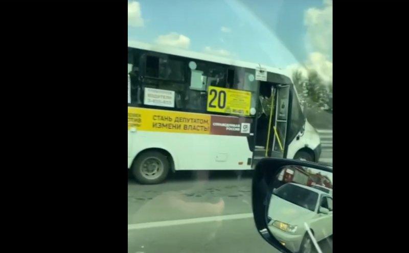 На Советском шоссе загорелась маршрутка с восемью пассажирами