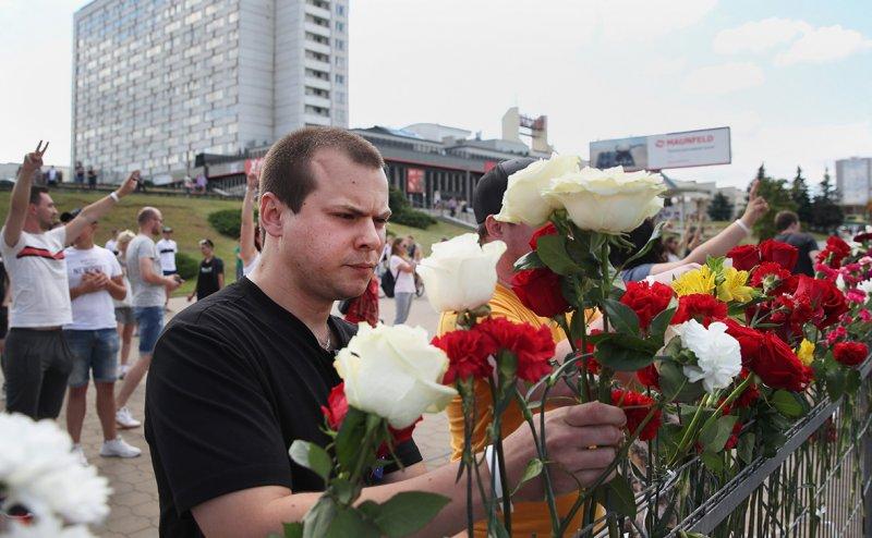 «Уходи!»: Жители Минска несут цветы к месту гибели протестующего