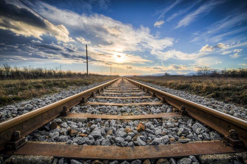Поезд насмерть сбил 20-летнего мужчину в наушниках в Новосибирской области