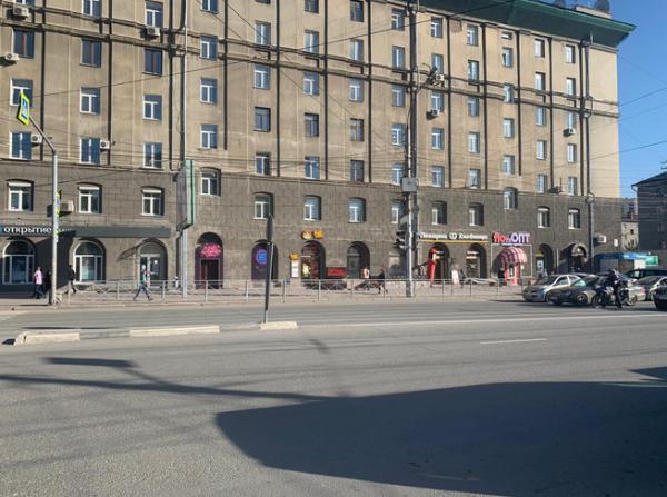 Водитель автобуса в Новосибирске не заметил, что из салона выпала пенсионерка, и уехал дальше по маршруту