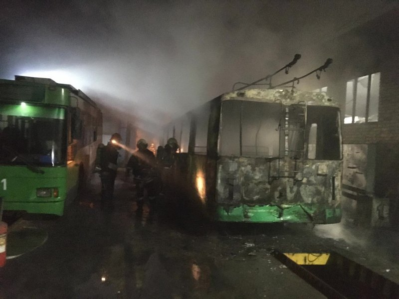 Загоревшийся троллейбус чуть не спалил депо в Новосибирске
