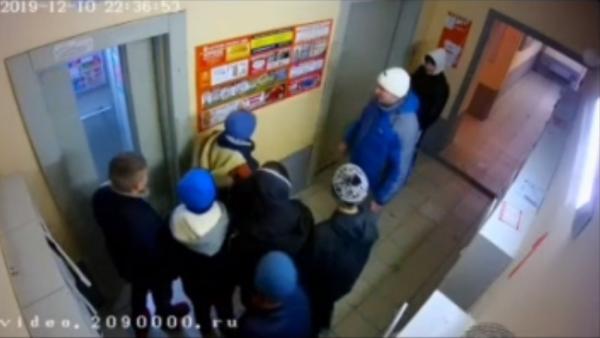 Гопники-малолетки зажали мужчину на Первомайке в подъезде