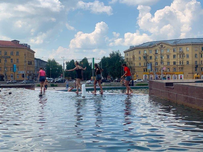 «Работают только два фонтана»: новосибирцы приступили к водным баталиям в центре города