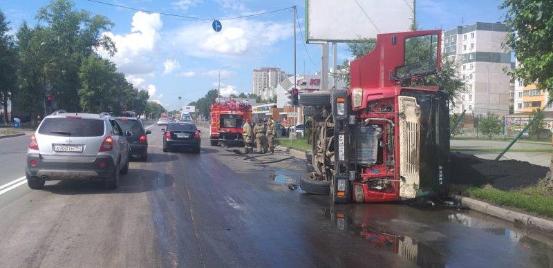 В Ленинском районе подрезанный Mercedes грузовик рухнул на бок