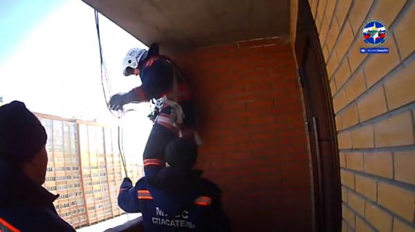 «Ты наказана!»: двухлетний малыш запер маму на балконе