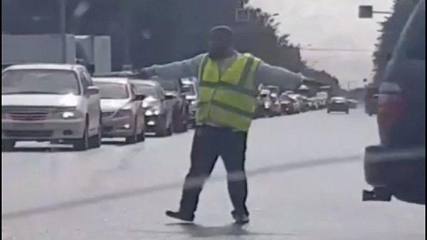 Автоинспектор-нелегал спас новосибирских водителей от пробки на Никитина
