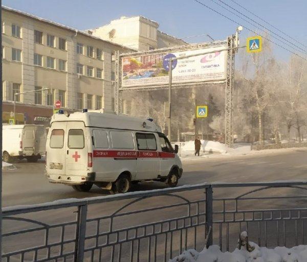 Три автомобиля скорой помощи застряли в снегу в Октябрьском районе