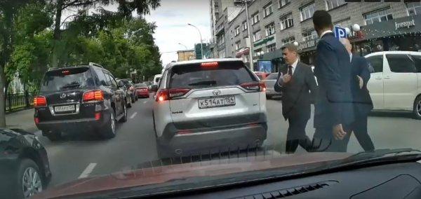 Мэр Новосибирска Анатолий Локоть нарушает правила дорожного движения (ВИДЕО)