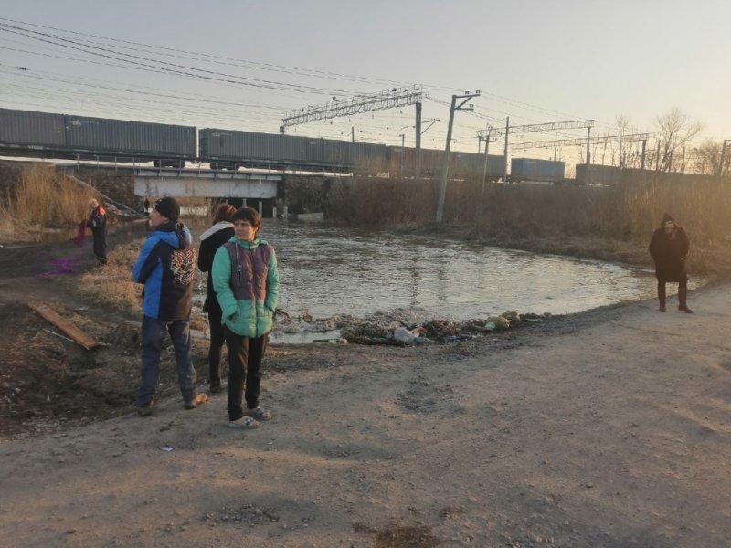 Водолазы обследуют русло реки в поисках пропавшего мальчика