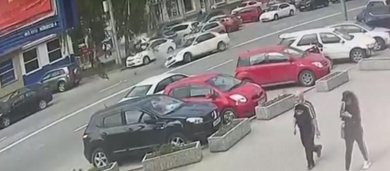 Появилось видео страшной аварии с мотоциклистом на проспекте Маркса (ВИДЕО)