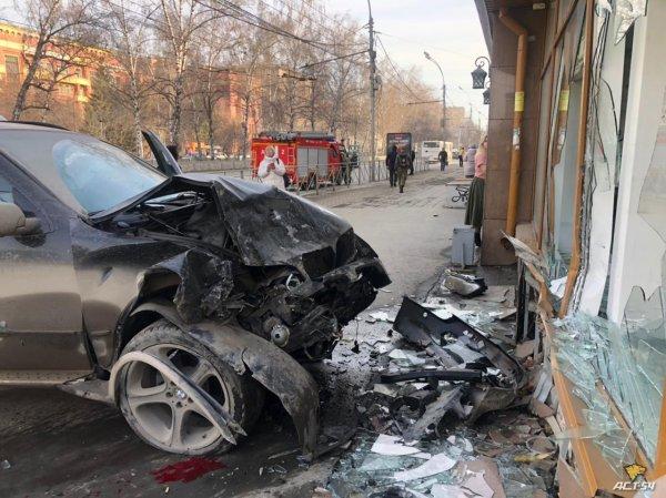 В крупном ДТП в центре города кроссовер сбил двух пешеходов и врезался в здание